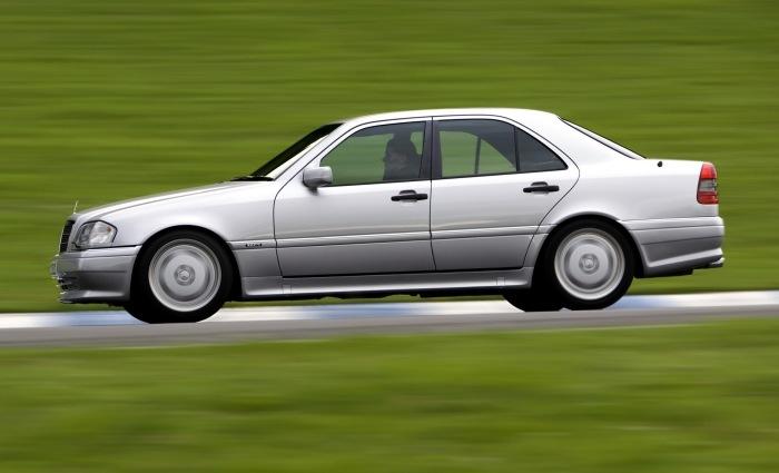Максимальная скорость Mercedes-Benz C36 AMG стандартно ограничена до 250 км/ч.