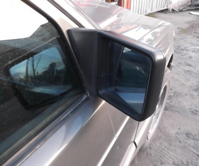 Коротенький «обрубок» правого зеркала на Mercedes-Benz E-Class. | Фото: drive2.ru.