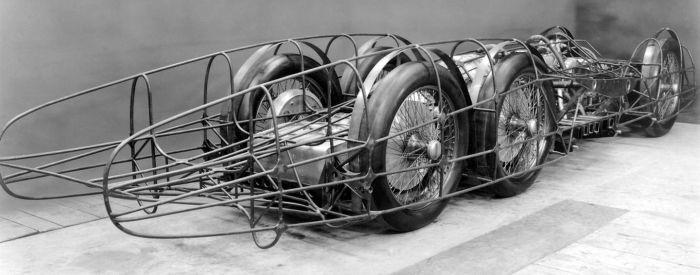 Хорошо видно трехосное шасси и трубчатый каркас Mercedes-Benz T80. | Фото: diariomotor.com.