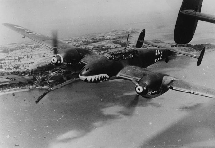 Строй самолетов Messerschmitt Bf.110 в небе над Ла-Маншем. | Фото: av8rblog.wordpress.com.