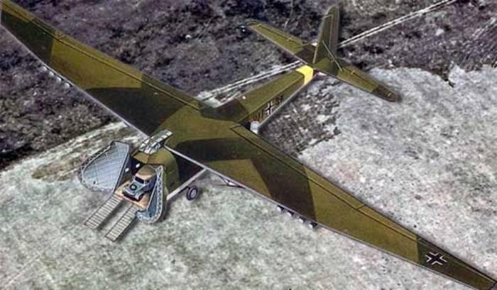 Тяжелый транспортный планер Messerschmitt 321 с открытыми дверями и установленной рампой. | Фото: pro-samolet.ru.