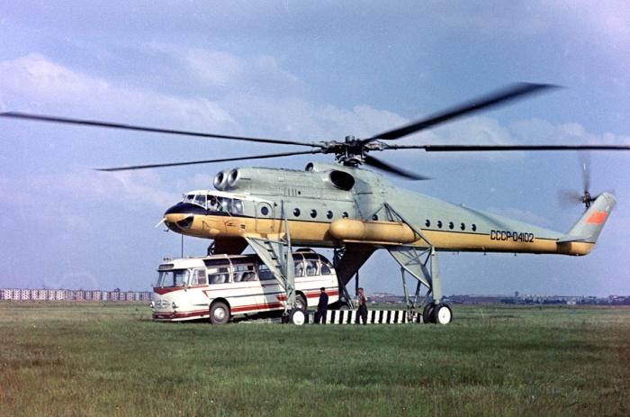 Ми-10 мог поднять даже автобус ЛАЗ, фото 1968 года. | Фото: airliners.net.