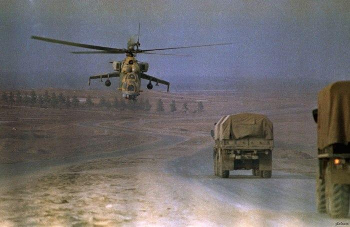 Вертолет Ми-24 в небе над советской военной колонной. | Фото: pikabu.ru.