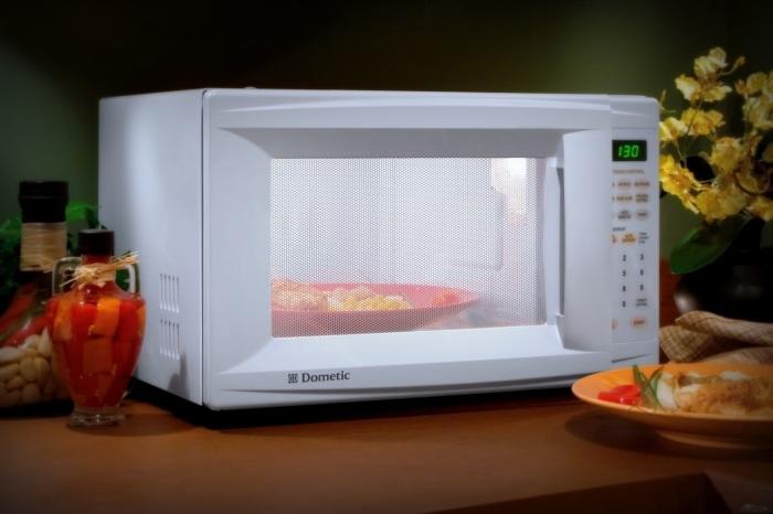 Современная микроволновая печь.