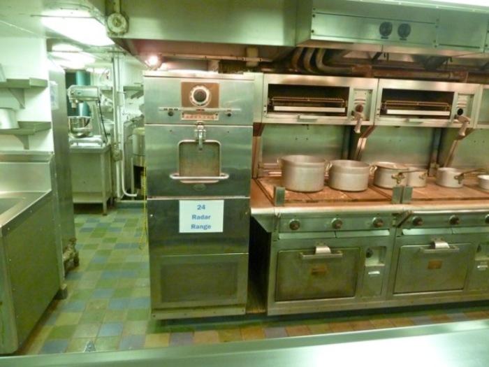 СВЧ-печь RadaRange, стоящая на кухне судна NS Savannah.