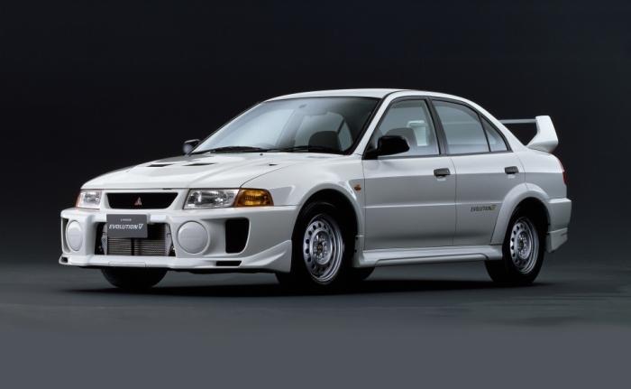 Подобные плакаты с Mitsubishi Lancer Evo V раньше пользовались большим спросом у школьников. | Фото: a2goos.com.