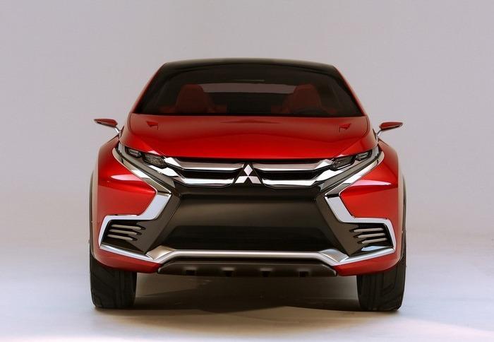 Начиная с 2015 года, кроссоверы Mitsubishi Outlander получили Х-образное оформление «передка». | Фото: avtosreda.ru.