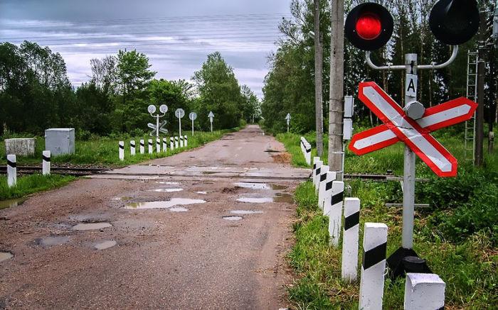 Светофор на железнодорожном переезде. | Фото: zr.ru.