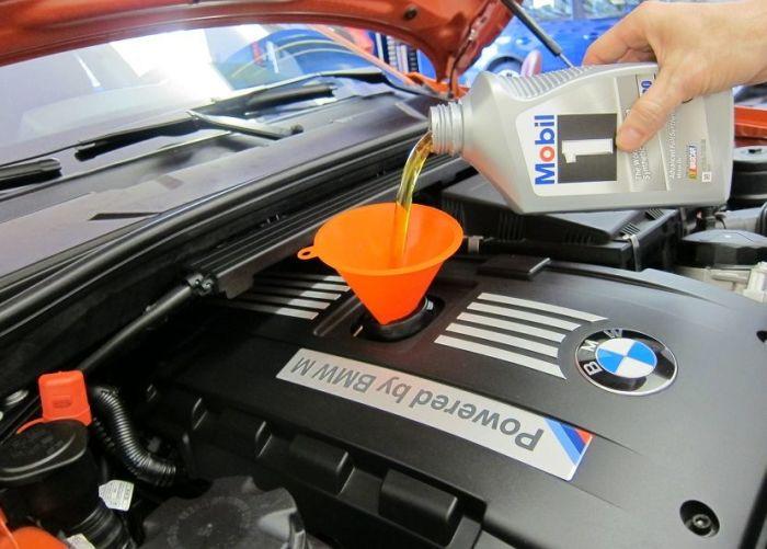 Заливка моторного масла. | Фото: remont-auto.com.