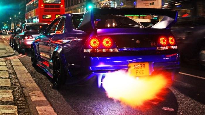 Огненный выхлоп на спортивном автомобиле Nissan Skyline GT-R.