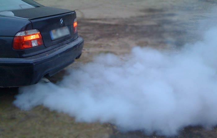 Выхлопные газы такого цвета сигнализируют о явной неисправности мотора. | Фото: imperiya-avtostekla.ru.