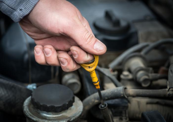 Быстрое падение уровня моторного масла говорит о сильном износе цилиндро-поршневой группы. | Фото: cheatsheet.com.