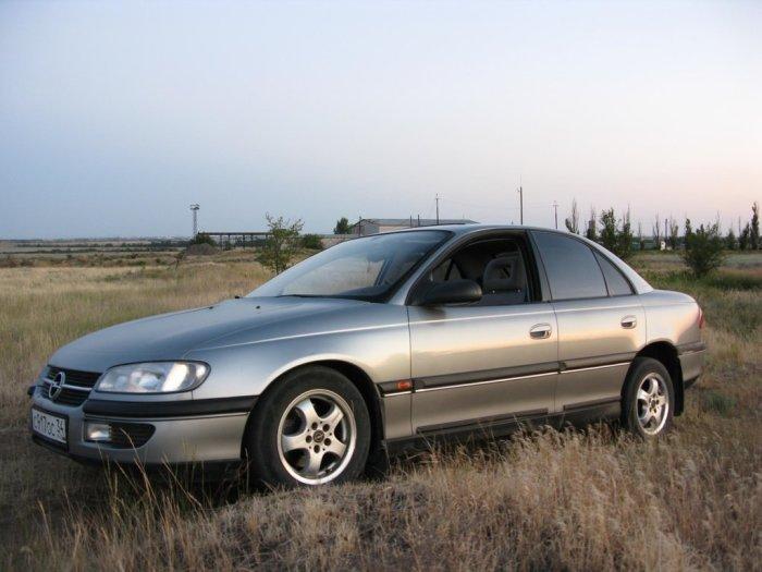 Если бы не стабильно ржавый кузов, Opel Omega мог стать одной из лучших машин 90-х. | Фото: drom.ru.