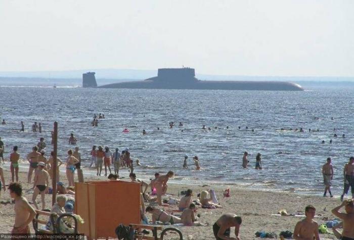 Подводная лодка «Акула» проходит мимо пляжа у Северодвинска.   Фото: masterok.livejournal.com.