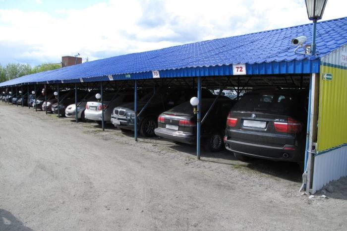 Практичная крытая парковка для автомобилей. |<br