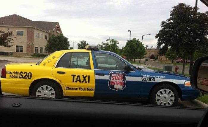 Полицейский автомобиль с аэрографией на тему борьбы с пьянством за рулем.