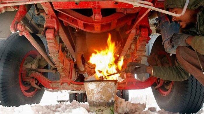 Водители грузовиков и тракторов практикуют прогрев поддона картера открытым огнем. | Фото: trieratruck.ru.