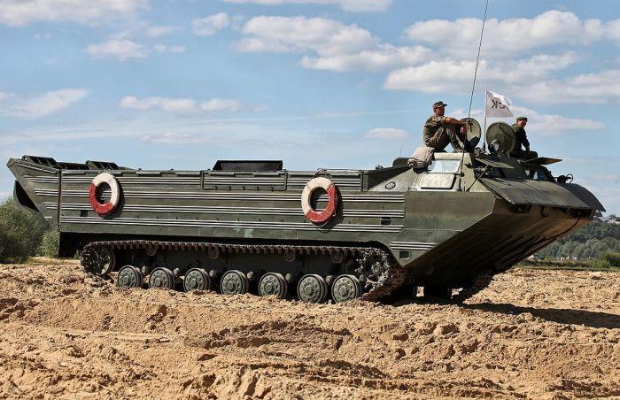 Плавающие транспортеры-амфибии ПТС-2 выпускались еще при СССР, но служат до сих пор. | Фото: ru.wikipedia.org.