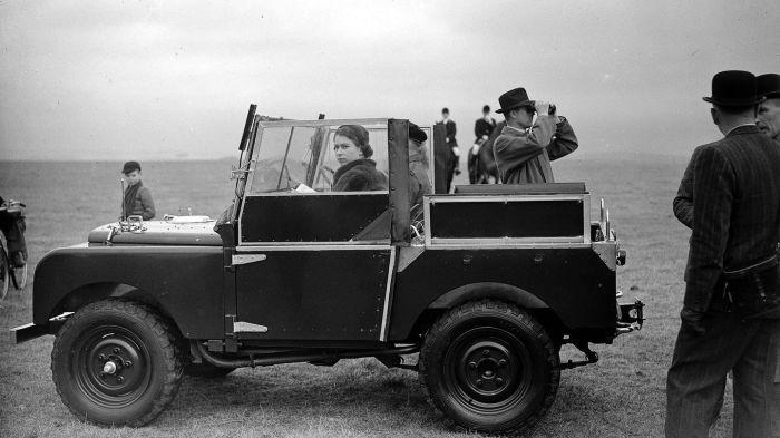 Елизавета II и Филипп Маунтбеттен за рулем Land Rover, 1953 год. | Фото: mashable.com.