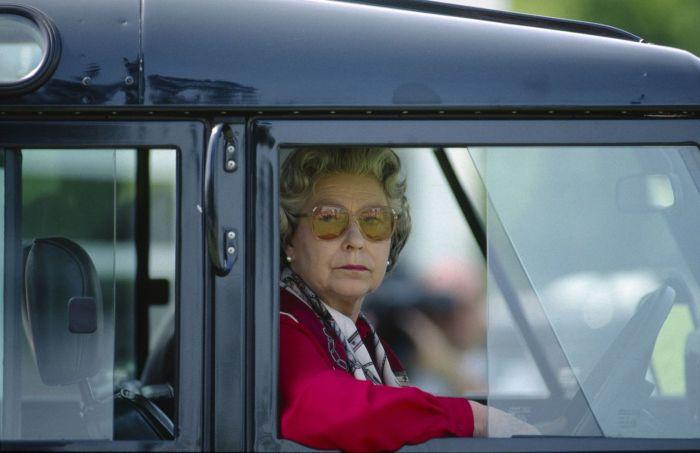 Королева Елизавета II за рулем Land Rover Defender, 1987 год. | Фото: mashable.com.