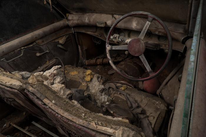Десятилетия простоя не пожалели салон раритетного автомобиля. | Фото: lbilimited.com.