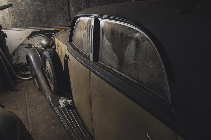 Черно-желтый Rolls-Royce 1937 года на подземной парковке на Лонг-Айленде. | Фото: lbilimited.com.