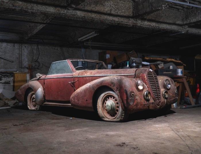 Раритетный Delahaye 135M Cabriolet  1947 года с кузовом от Vesters & Neirinck 40 лет простоял в гараже. | Фото: lbilimited.com.
