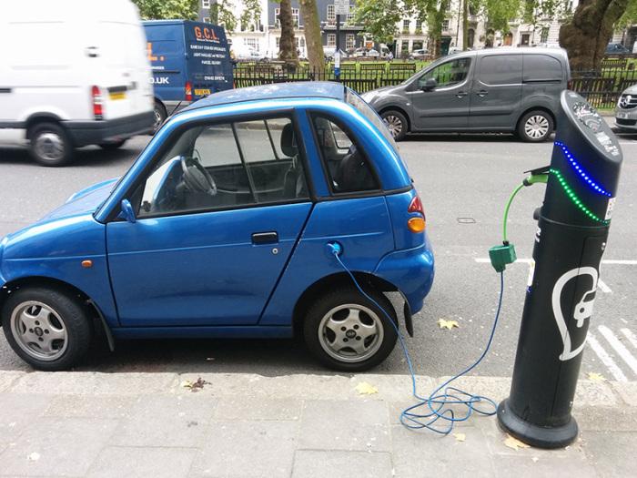 Зарядка электромобиля G-Wiz.