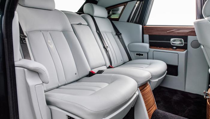 Просторный и удобный задний ряд сидений Phantom VII.