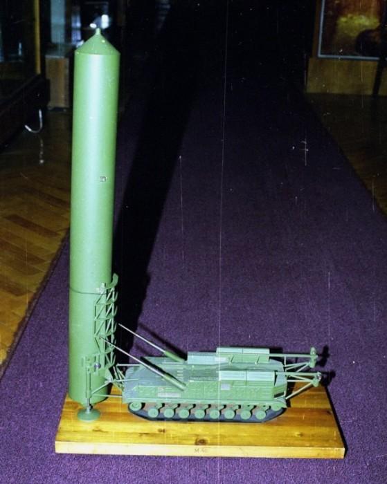 Макет ракеты РТ-20 с поднятым транспортно-пусковым контейнером. | Фото: e-news.su.