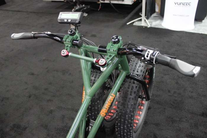 Органы управления трехколесного велосипеда Rungu. | Фото: newatlas.com.
