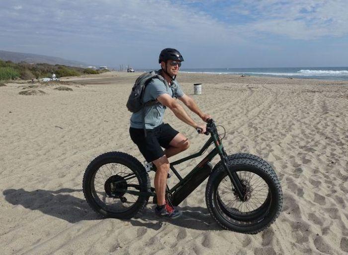 Благодаря длинной базе велосипед очень устойчив на песке. | Фото: hips.hearstapps.com.