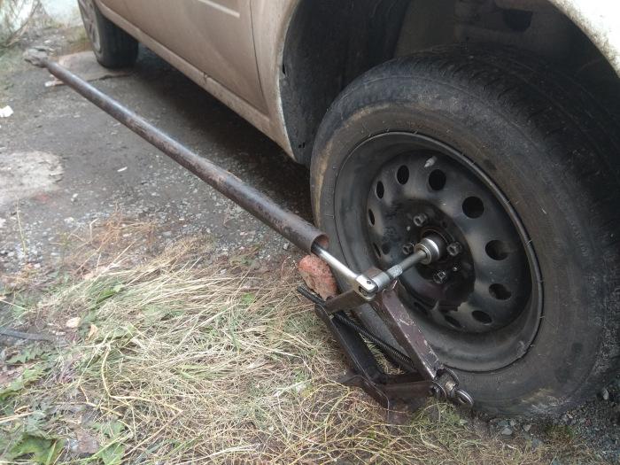 Чтобы открутить гайку ступицы, нужно серьезно «нарастить» ключ. | Фото: drive2.ru.