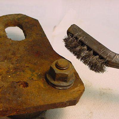 Металлической щеткой максимально тщательно убираем краску и ржавчину. | Фото: popularmechanics.com.