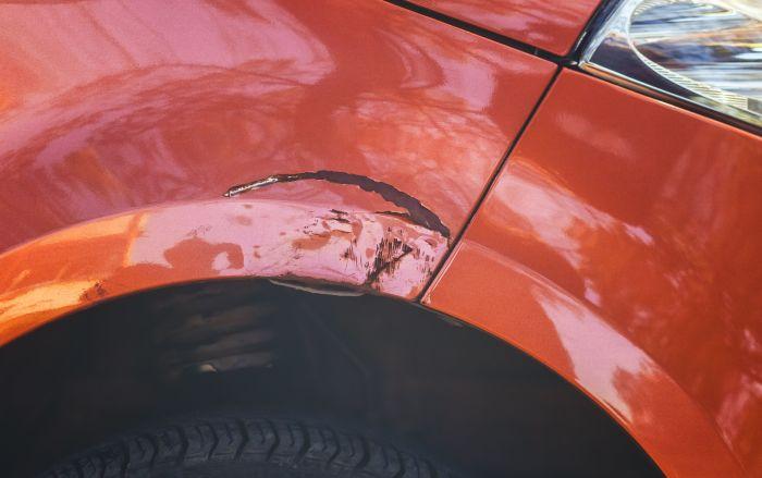 С таких вмятин обычно и начинаются большие дыры в кузове. | Фото: popularmechanics.com.