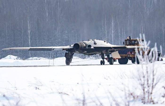 На данный момент на БПЛА С-70 «Охотник» стоят двигатели от самолета Су-57. | Фото: interfax.ru.