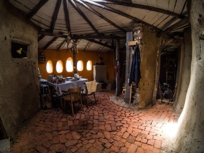 Пол сделан из деревянных чурбанов, укрепленных глиной.