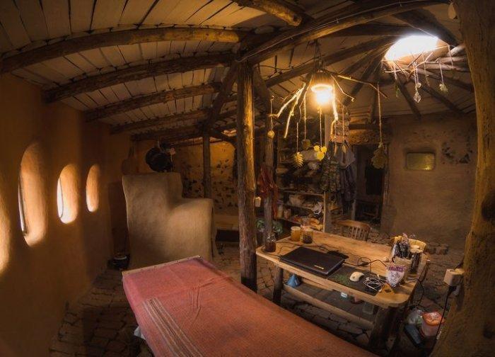 Важное место в интерьере занимает печь оригинальной конструкции.