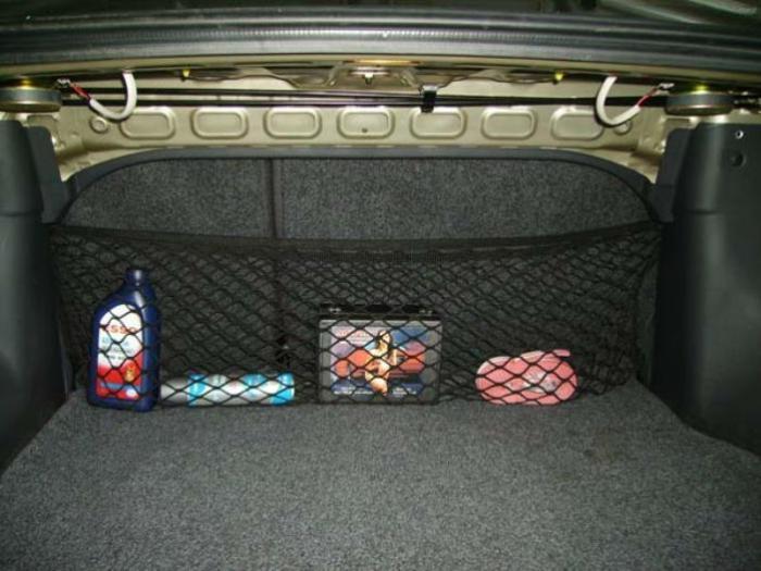 С помощью сетки в багажнике можно создать полный порядок. | Фото: carnovato.ru.