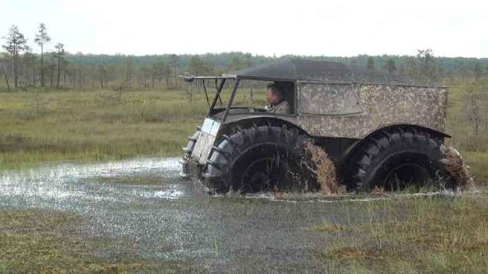 Шерп форсирует болото.