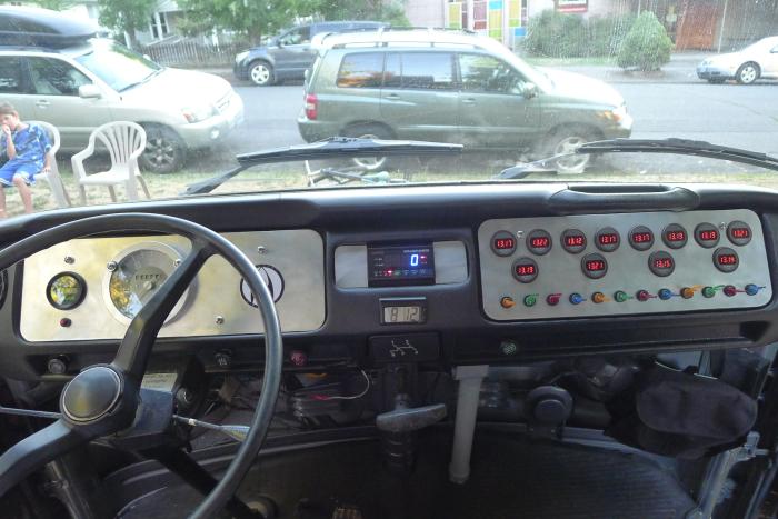 Приборная панель электрического VW Bus заметно отличается от обычных фургонов. | Фото: gearjunkie.com.