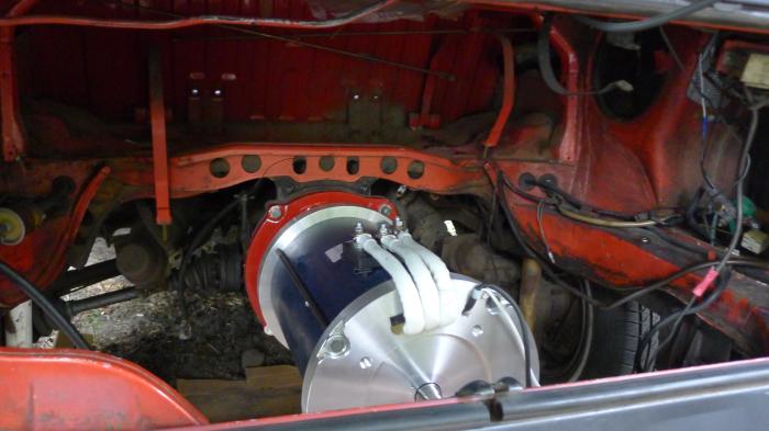 Электродвигатель под капотом старенького VW Bus. | Фото: solarelectricvwbus.com.