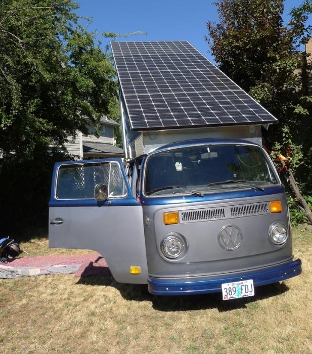 Электрический фургон с солнечной панелью на крыше. | Фото: solarelectricvwbus.com.