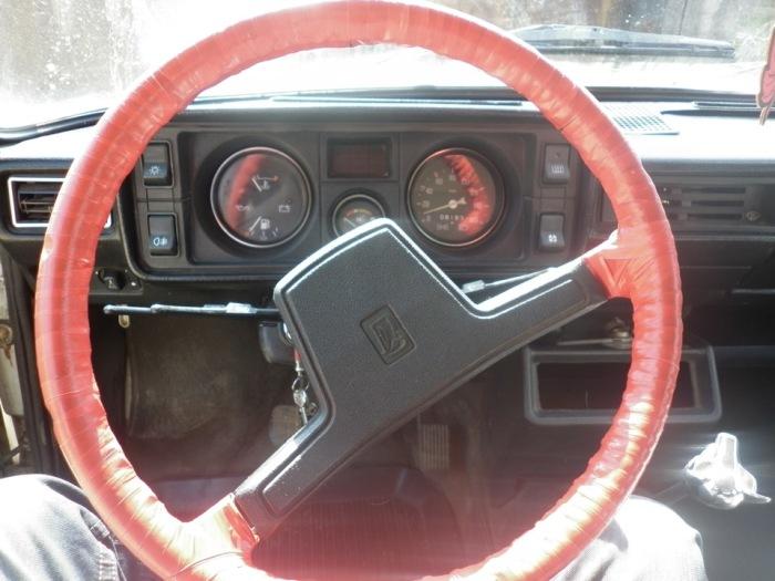 Руль ВАЗ-2105, обмотанный дефицитной в СССР красной изолентой. | Фото: drive2.ru.