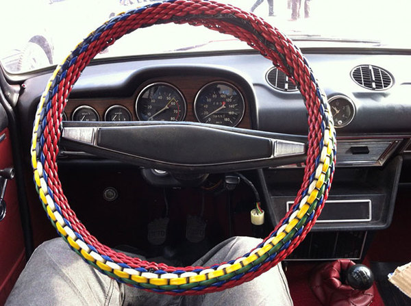 Красочная оплетка руля. | Фото: pikabu.ru.