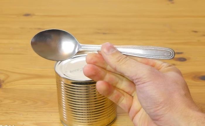Открываем консервную банку при помощи столовой ложки.