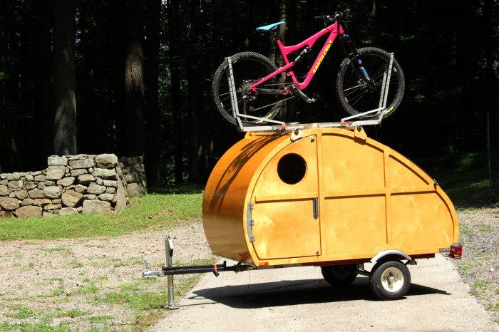 Дом на колесах Sprig с прицепленным велосипедом.   Фото: gearjunkie.com.