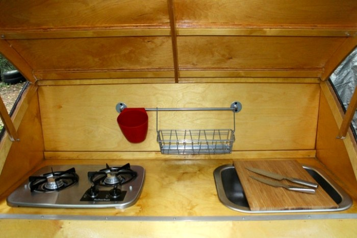 Компактная кухня в доме на колесах Sprig.   Фото: birchcampers.com.