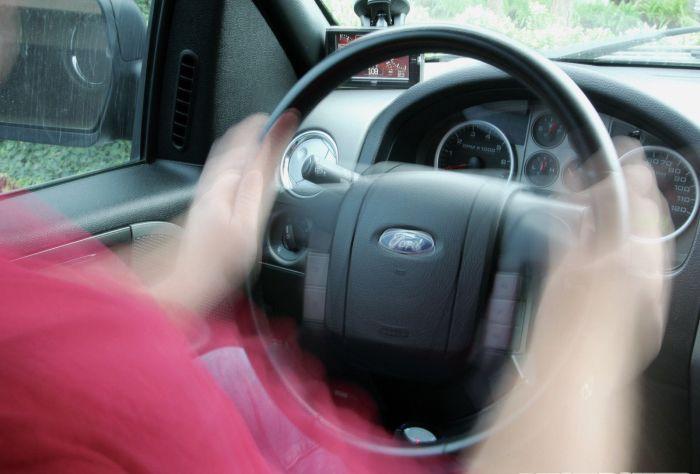 Вибрирующий руль делает вождение дискомфортным и опасным.