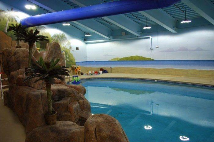 В подземном отеле есть даже бассейн. | Фото: odditycentral.com.